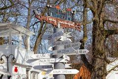 Назначения города указателя на тротуаре Балтийского моря стоковое изображение rf