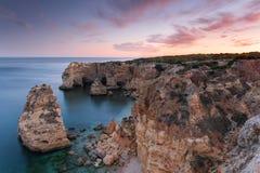 Назначения летних каникулов Алгарве в Португалии Пляж Marinha на заходе солнца стоковые изображения rf