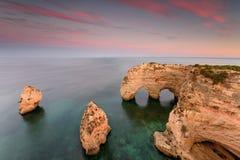 Назначения летних каникулов Алгарве в Португалии Пляж Marinha на заходе солнца стоковое изображение rf