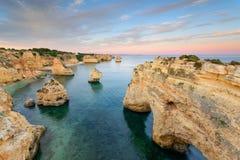 Назначения летних каникулов Алгарве в Португалии Пляж Marinha на заходе солнца стоковые фото
