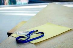 Назовите карточку id с шнуром и документируйте на каменной таблице стоковое изображение rf