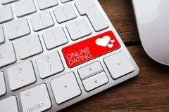 Найдите ваши партнер или ответная часть души через онлайн датировка стоковая фотография rf