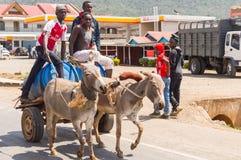 Найроби, Кения, Afrique-03/01/2018 Питьевая вода работника доставляющего покупки на дом дальше Стоковое фото RF