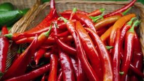 Накаленные докрасна перцы chili на рынке фермера органическое еды свежее видеоматериал