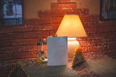 Накаляя желтая настольная лампа в интерьере кафа города в винтажном стиле стоковое фото