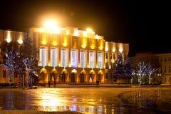 Накаляя здание в зиме придает квадратную форму на Рождество, никто стоковые изображения