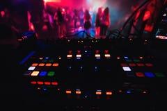 Накаляя красочные кнопки на смесителе DJ party ночной клуб для танцевать Стоковое Фото