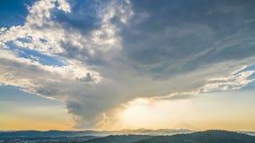 Накаляя небо при облака летая над горами, небесный восход солнца, timelapse сток-видео