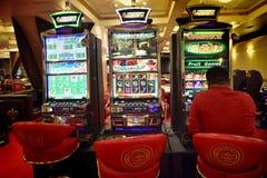 Накаляя торговый автомат казино стоковое фото
