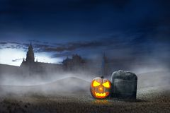 Накаляя тыква хеллоуина около тягчайших камней Стоковое Изображение RF