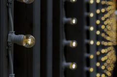 Накаляя электрические лампочки в гирлянде улицы стоковая фотография