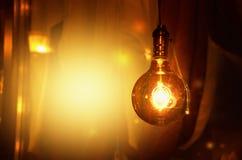 Накаляя электрические лампочки на желт-коричневой предпосылке изображение стоковое изображение rf