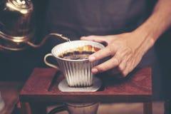 Накапайте заваривающ, фильтрованный кофе, или лить-над метод котором в стоковая фотография