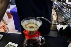 Накапайте кофе заваривая для клиентов в медленном дне жизни Стоковое Фото