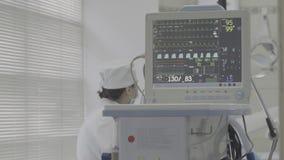 Накапайте с монитором ECG в комнате деятельности, не исправленном цвете, хорошей для сортировать цвета видеоматериал
