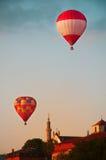 Накаленные докрасна воздушные шары в голубом небе с белыми облаками Стоковое фото RF
