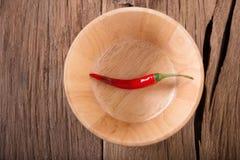 Накаленные докрасна перцы chili в деревянном шаре на деревянной предпосылке пряно стоковая фотография