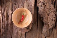 Накаленные докрасна перцы chili в деревянном шаре на деревянной предпосылке пряно стоковые фото