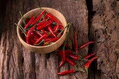Накаленные докрасна перцы chili в деревянном шаре на деревянной предпосылке пряно стоковое фото rf
