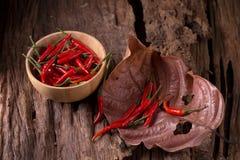 Накаленные докрасна перцы chili в деревянном шаре на деревянной предпосылке пряно стоковая фотография rf