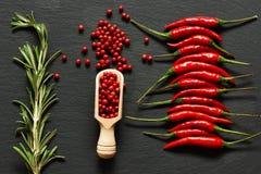 Накаленные докрасна перцы chili и розовый перец стоковое изображение