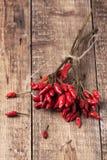 Накаленные докрасна перцы chili над деревянной предпосылкой Стоковые Фотографии RF