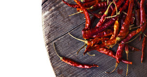 Накаленные докрасна перцы chili на старом деревянном столе Стоковое Изображение