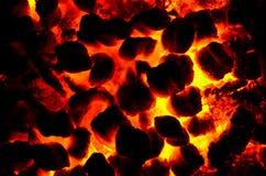Накаленные докрасна тлеющие угли от огня стоковые фотографии rf