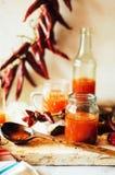 Накаленный докрасна сладостный соус чилей над старой белой деревянной предпосылкой Русь Стоковое Фото