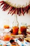 Накаленный докрасна сладостный соус чилей над старой белой деревянной предпосылкой Русь стоковое изображение