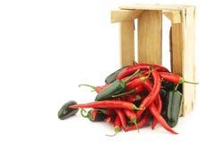 Накаленный докрасна chili и jalapeno зеленых перцев в деревянной коробке Стоковое Фото