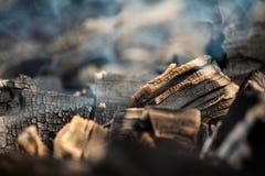 Накаляя уголь с много дымом Стоковые Фотографии RF