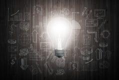 Накаляя электрическая лампочка на деревянной стене с диаграммами чертежа и диаграммы о стратегии успеха в бизнесе планируют иллюстрация штока