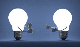 Накаляя электрические лампочки воюя с кулаками на сини Стоковые Фото