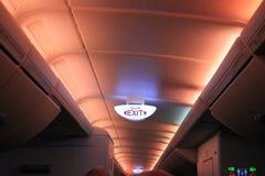 Накаляя электрический выход подписывает на потолке в аэробусе A380 Стоковые Изображения RF
