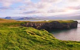 Накидка Dyrholaey на южной Исландии Высота 120 m, и средний остров холма с отверстием двери Стоковая Фотография RF