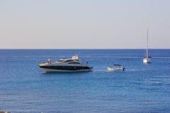 Накидка Greco Кипр на побережье и шлюпке захода солнца Стоковое Фото