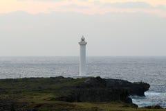 Накидка Zampa маяка, деревня Yomitan, Окинава Япония на заходе солнца стоковое изображение rf