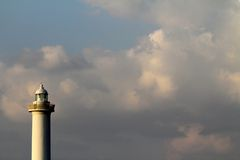 Накидка Zampa маяка, деревня Yomitan, Окинава Япония на заходе солнца стоковые изображения rf