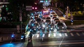 накладные расходы 4K Timelapse оживленной улицы с движением Nigth Городской пейзаж Тайбэй сток-видео