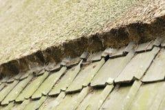 Наклоненный переход крыл крышу черепицей к тросточке Стоковое Фото
