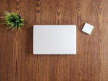 Наклоните взгляд стола бизнесмена с компьтер-книжкой и баком травы Стоковые Фотографии RF