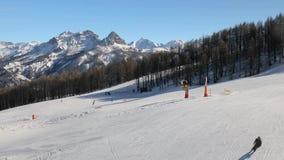 Наклоны катания на лыжах от верхней части сток-видео