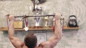 Наклон вверх без рубашки делать спортсмена тяг-поднимает на барах во время разминки взаимн тренировки на спортзале сток-видео