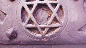 Наклон-вверх к двери со звездой Magen или экраном символа иудаизма Дэвид видеоматериал