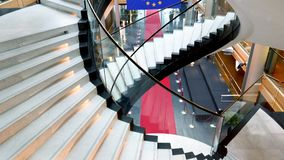 Наклон-вверх над флагом Европейского союза голубым с желтым красным ковром звезд акции видеоматериалы