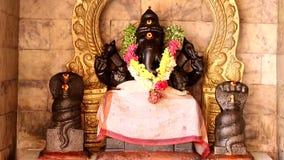 Наклон вниз - статуя индусской богини бог ganapathi видеоматериал