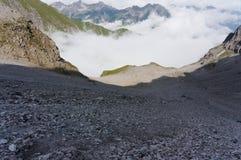 Наклон горы с много гравия и песчинка на пешей тропе в горных вершинах стоковые фото