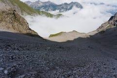 Наклон горы с много гравия и песчинка на пешей тропе в горных вершинах стоковые изображения rf