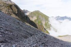 Наклон горы с много гравия и песчинка на пешей тропе в горных вершинах стоковое изображение rf